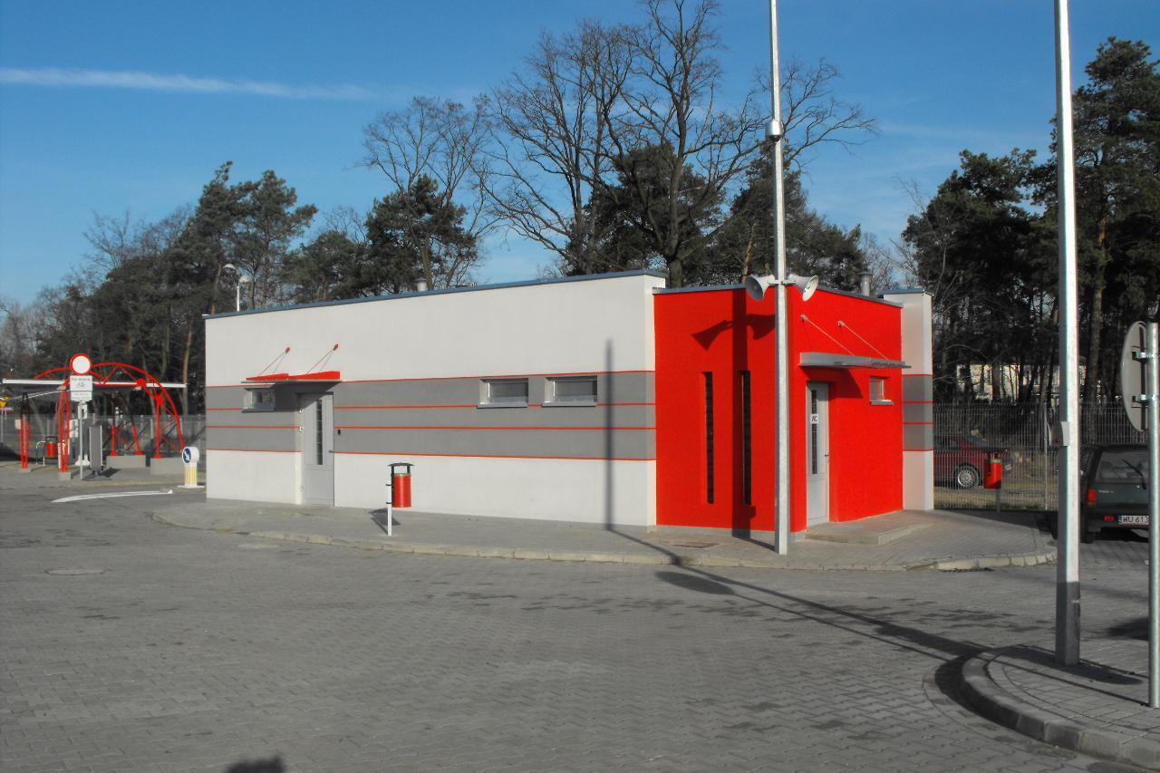 budynek strażnika od strony parkingu