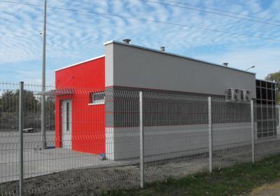 budynek strażnika od strony drogi dojazdowej