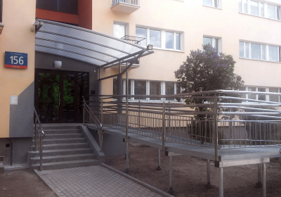 Wejście do bloku mieszkalnego przy Racławickiej w Warszawie
